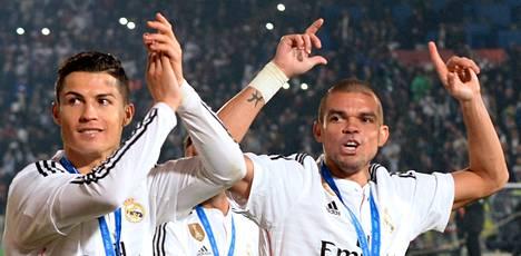Real Madridin Cristiano Ronaldo (vas.) ja Pepe juhlivat seurajoukkueiden MM-titteliä lauantaina Marokossa.