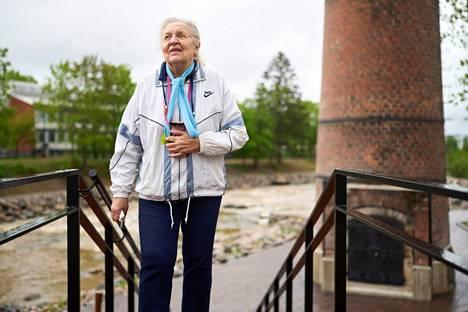 Ritva Nordlund Tikkurilan vanhan kunnostetun polttouunin piipun edustalla. Nordlundin mukaan maalitehdas oli jo 1960-luvulla edistyksellinen työnantaja. Tehtaassa oli oma lääkäri, joka päivä sairaanhoitaja ja työntekijät saivat tarvittaessa lainaa huoltokassasta.