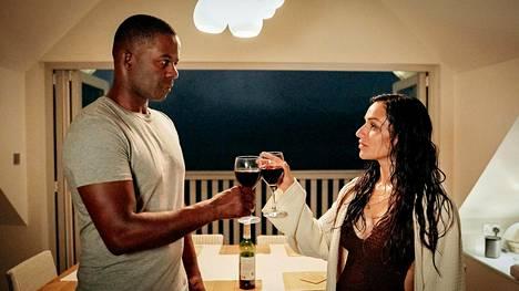 David (Adrian Lester) ja Saira (Saira Choudhry) kuuluvat Life – Elämässä eksyneet -sarjan henkilökaartiin.