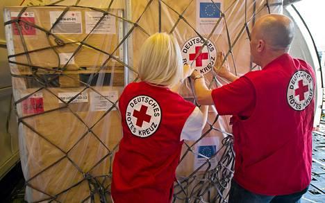 Saksan Punaisen Ristin työntekijät pakkasivat lentokoneeseen avustustarpeita lähetettäväksi Syyriaan.