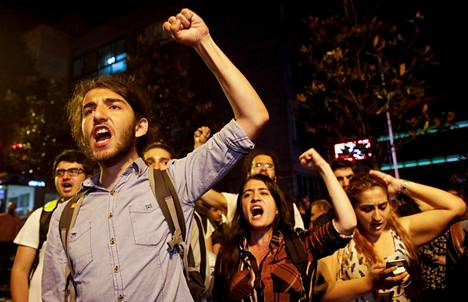 Mielenosoittajat protestoivat vaalien ensimmäisen kierroksen tuloksia vastaan Istanbulissa sunnuntain ja maanantain välisenä yönä.