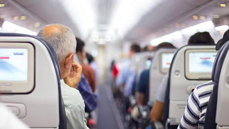 Lentokoneen ovea ei ole ihan helppo aukaista.
