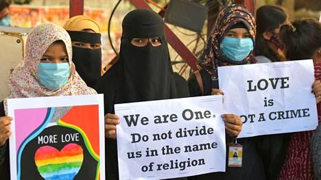 """Aktivisteja osoittamassa mieltään """"rakkausjihadismi""""- lakia vastaan Bangaloressa joulukuussa 2020."""