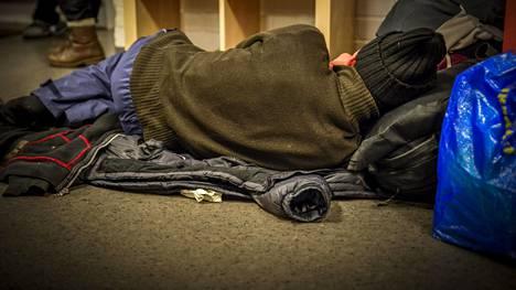 Väsynyt mies yökahvila Kalkersissa vuonna 2013.