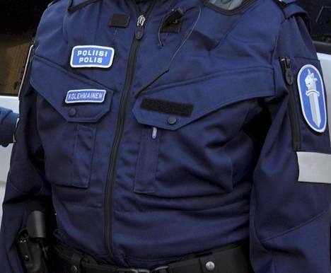 Poliisin virka-asun nimilaatta on tulevaisuudessa mahdollista korvata esimerkiksi numerotunnisteella, jos sisäministeriön valmistelema asetusmuutos toteutuu.