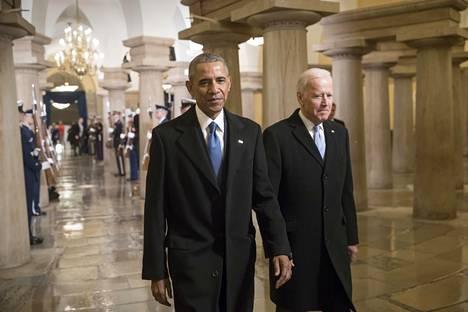 Presidentti Barack Obama ja varapresidentti Joe Biden astelivat kongressitalon läpi 20. tammikuuta 2017 todistamaan uuden presidentin Donald Trumpin virkavalaa.