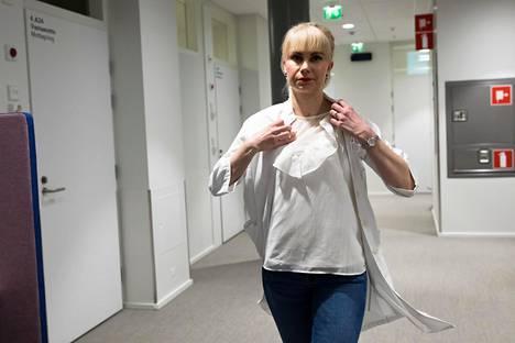 Terveyskeskuslääkäri Sanna Malinen valmistautui perjantaina Kalasataman terveyskeskuksessa lähtemään yliyön päivystysvuoroon Haartmanin sairaalaan.