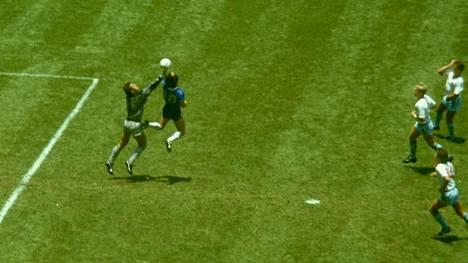 """Diego Maradona teki """"jumalan käsi"""" -maalin Peter Shiltonin yrittäessä torjua Meksikon MM-kisoissa vuonna 1986."""
