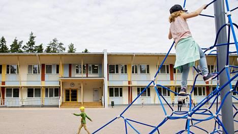 Niipperin koulun julkisivussa on käytetty paljon puuta.
