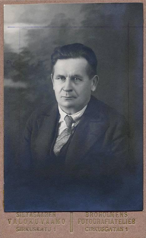 Mikko Ampujan valokuva hänen käyntikortissaan.