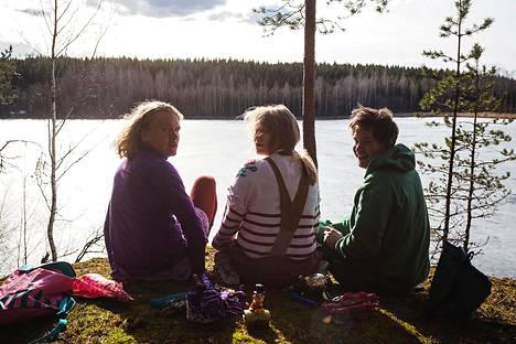 Rintamateatterilaiset (Julius Susimäki, Milla Kuikka ja Olli Pilli) muistelevat lapsuutta 1990-luvulla.