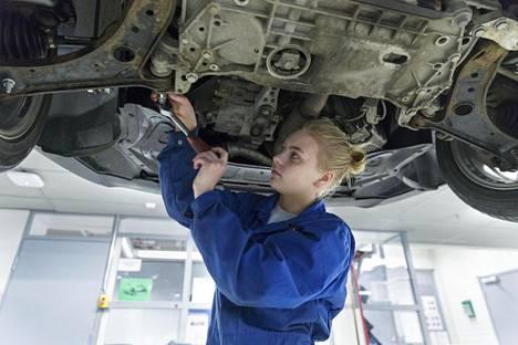 Ajoneuvoasentajaksi opiskeleva Minja Hindström, 17, sai yhdeksännellä luokalla hyvin apua ammatinvalintaan opettajalta ja kavereilta.