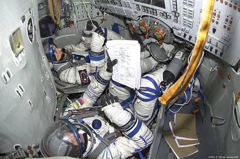 Espanjalainen astronautti Pedro Duque (takana) harjoitteli venäläisen kollegan kanssa Sojuz-simulaattorissa Venäjällä vuonna 2003.