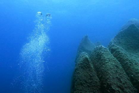 Sukeltajan laitteista lähteneet kuplat nousivat kohti pintaa lähellä Korsikan rannikkoa keskiviikkona.
