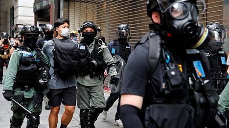 Poliisit ovat ottaneet mielenosoittajia kiinni. Iltaan mennessä ainakin 300 oli pidätetty.