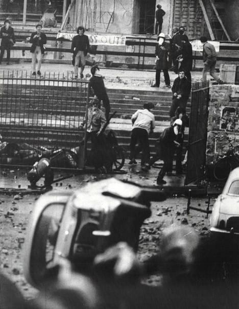 Kypärin varustautuneet ylioppilaat ottivat yhteen poliisin kanssa Pariisissa tiedekuntarakennuksen luona.