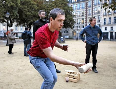 Benoit Lecland heitti mölkkyä Pariisissa. Muovimukissa peliä ryyditti viini.