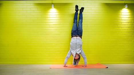 Varatoimitusjohtaja Mika Huhtamäki seisoo päällään alakerran salilla. Espoolainen yritys Suomen Tilaajavastuu oy tekee parhaansa, että henkilöstö voi hyvin. Työhyvinvointi. Kuva: Sami Kero / HS