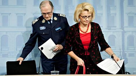 Silloiset poliisiylijohtaja Mikko Paatero ja sisäministeri Päivi Räsänen (kd) 21. marraskuuta 2013 tiedotustilaisuudessa, jossa Räsänen kertoi tehneensä tutkintapyynnön poliisin tietolähdetoiminnan epäselvyyksistä.