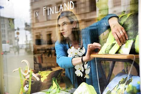 Jutta Kuure pitää Helsingin torikortteleissa Taiga Colors -liikettä. Hän odottaa helatorstaina asiakkaiksi erityisesti risteilymatkustajia.