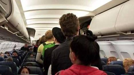 Matkustajat joutuvat usein odottamaan tiiviisti pakkautuneena pääsyä omalle paikalle lentokoneessa.