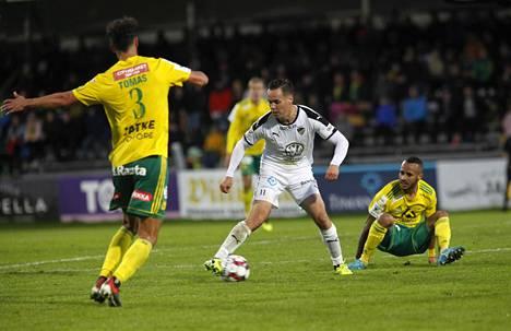 Ilveksen Diogo Tomas ja Hongan Juha Hakola kamppailevat pallosta veikkausliigan sunnuntaisessa ottelussa, oikealla Ilveksen Tavares Silva Jair.