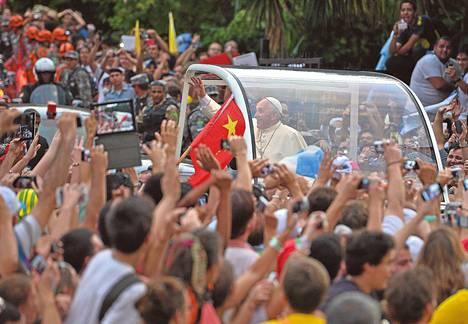 Paavi Franciscus tervehti ihmisiä Rio de Janeiron kaduilla myöhään maanantai-iltana Suomen aikaa. Toisin kuin edeltäjänsä, paavi Franciscus suosii sivuista avonaista autoa. Hän haluaa olla lähellä ihmisiä.