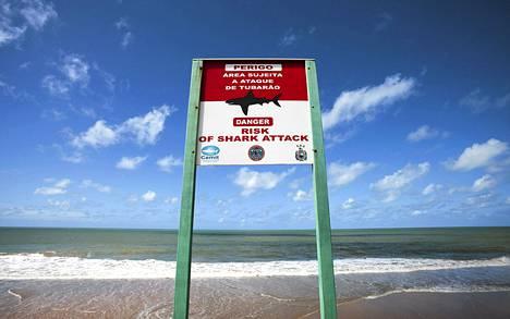 Kyltti varoittaa haiden hyökkäyksistä Boa Viagemin rannalla.