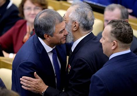 Duuman uusi puhemies Vjatšeslav Volodin (vas.) tervehti kansanedustaja Artur Tšilingarovia.