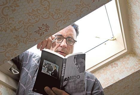 Vanginvartija Vince Rizzo (Andy Garcia) haluaisi näyttelijäksi. Hän ihailee Marlon Brandoa.