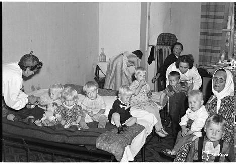 Lapset odottavat lähtöä Ruotsiin vuonna 1943. Kaikkiaan 80000 suomalaislasta evakuoitiin sodan aikana lähinnä Ruotsiin.