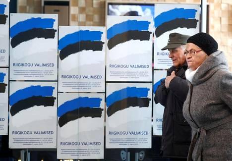 Ihmisiä kulki äänestyspaikan editse vaalipäivänä maaliskuun kolmantena Pärnussa Länsi-Virossa.