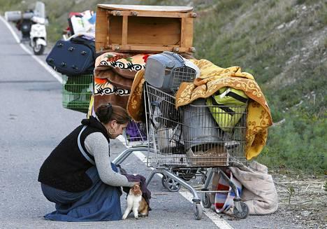 Ranskan poliisin romanileiristä häätämä nainen silitti lemmikkikaniaan Nizzan lähellä viime marraskuussa.