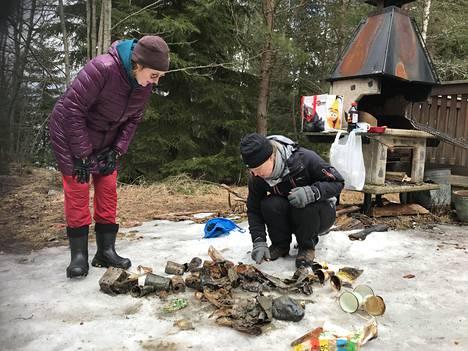 Hanna Torppa (vas.) ja Sanna Paukku tutkimassa löytämänsä kassin sisältöä.
