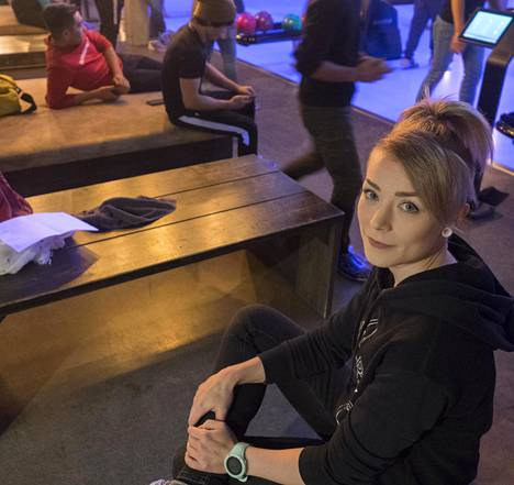 Paltamolainen Mari Saarenpää ryhtyi perustuloa saadessaan vapaaehtoiseksi tukihenkilöksi maahanmuuttajanuorille, joiden kanssa hän oli pyhäinpäivänä keilaamassa Kajaanissa.