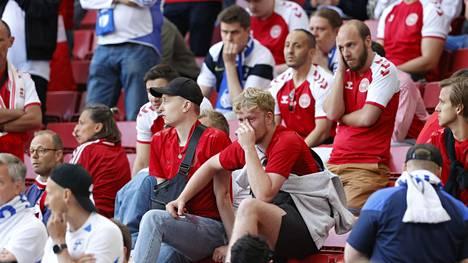 Tanskan fanit istuivat järkyttyneinä katsomossa sen jälkeen, kun tähtipelaaja Christian Eriksen oli lyyhistynyt maahan.