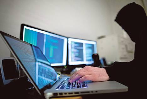 Hakkerit ja tietoturvayritykset etsivät suosituista ohjelmistoista haavoittuvuuksia, joista valtioiden tiedustelupalvelut maksavat suuria rahasummia.