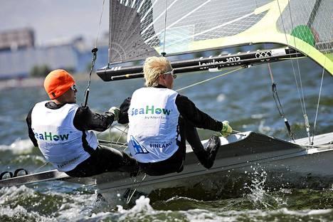 Suomalaiskaksikko Lauri lehtinen ja Miikka Pennanen kilpailevat purjehduksen EM-kisoissa hopearyhmässä, eli sijasta 27 ja eteenpäin. Kuva torstain karsinnoista.