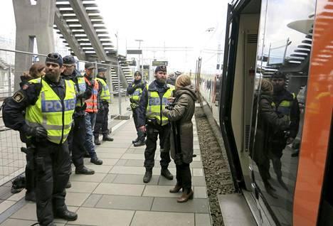 Ruotsin poliisi tarkasti matkustajien henkilöpapereita Etelä-Ruotsin Malmössä Hyllien juna-asemalla, Tanskan rajan tuntumassa iltapäivällä torstaina 12. marraskuuta 2015.