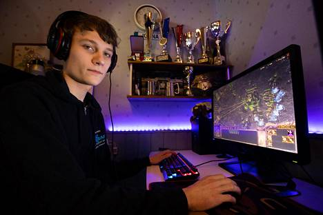 Joona Sotala kotonaan Pornaisissa pelaamassa StarCraft 2 -peliä. Hänet kruunattiin sunnuntaiyönä pelin maailmanmestariksi.