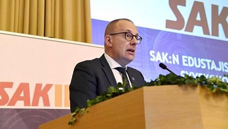 SAK:n puheenjohtaja Jarkko Eloranta vastusti aktiivimallia muun muassa puhuessaan SAK:n edustajiston kokouksessa Helsingissä 23. marraskuuta 2017.