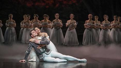 Klassisen Giselle-baletin päärooleissa ovat Hanako Matsune ja Michal Krčmář.