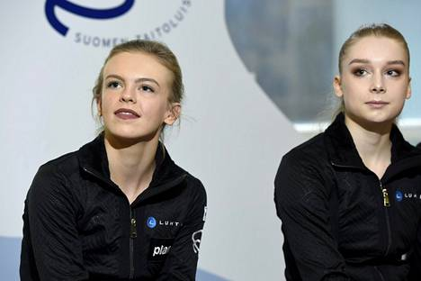 Emmi Peltonen (vas.) ja Viveca Lindfors kuvattuna 10. tammikuuta 2018.
