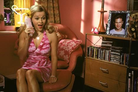 Reese Witherspoon tähdittää hittikomediaa, joka juhlii naisten ystävyyttä sekä naisellisina pidettyjä elementtejä kuten muotia.
