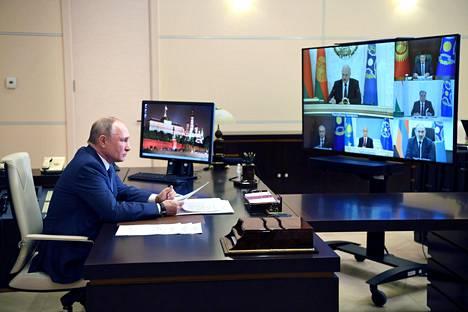 Venäjän presidentti Vladimir Putin osallistui Kollektiivisen turvallisuusjärjestön kokoukseen videoyhteydellä työhuoneeltaan joulukuussa. Putin on pandemian ajan pitänyt lähinnä etäkokouksia. Samalla hän on siirtänyt ikävät päätökset muille, mikä kiinnitti Venäjällä huomiota jo keväällä.