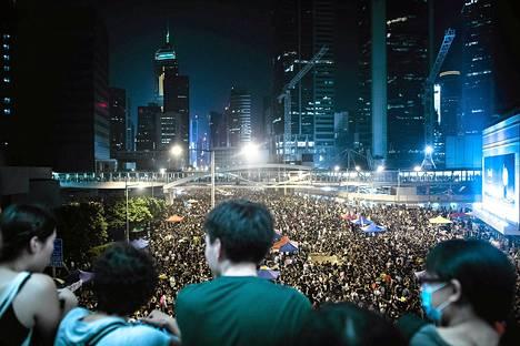 Demokratian kannattajat kokoontuivat kolmatta iltaa Hongkongin keskustassa tiistaina 30. syyskuuta.