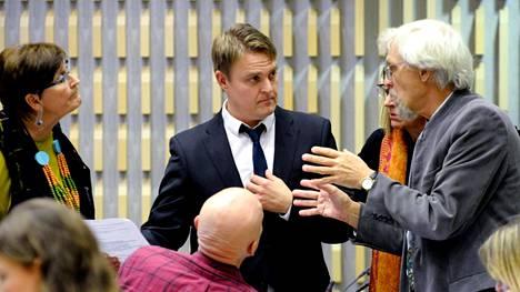 Osku Pajamäki (kesk.) keskusteli Maija Anttilan ja Pertti Arajärven kanssa Helsingin valtuuston Guggenheim-kokouksessa marraskuun lopussa.