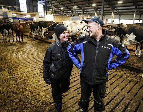 Virtaloiden maitotilalla pelättiin EU-aikaan siirtymistä, kun HS haastatteli tilan silloista isäntää vuonna 1994. Nyt tilasta vastaa seuraava sukupolvi Anssi ja Saara Virtala. He ovat vastikään investoineet uuteen navettaan.