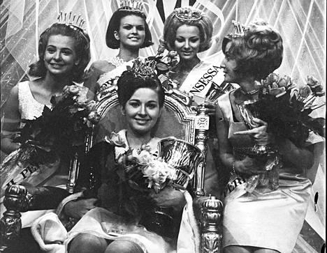 Tytöt ryhmittyneinä Miss Suomen 1967 Riitta Lehdon ympärille. Vasemmalla toinen perintöprinsessa Hedy Rännäri, neljäs perintöprinsessa Sinikka Uotinen, kolmas perintöprinsessa ja lehdistön ihannetyttö Terttu-Irmeli Haisala ja ensimmäinen perintöprinsessa Satu Kostiainen.