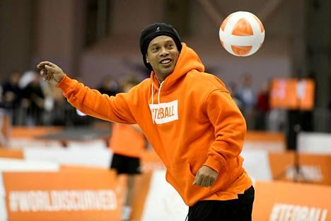 Entinen Fifan vuoden pelaaja ja world cup -voittaja Ronaldinho pelasi teqballia Unkarissa marraskuussa 2019.